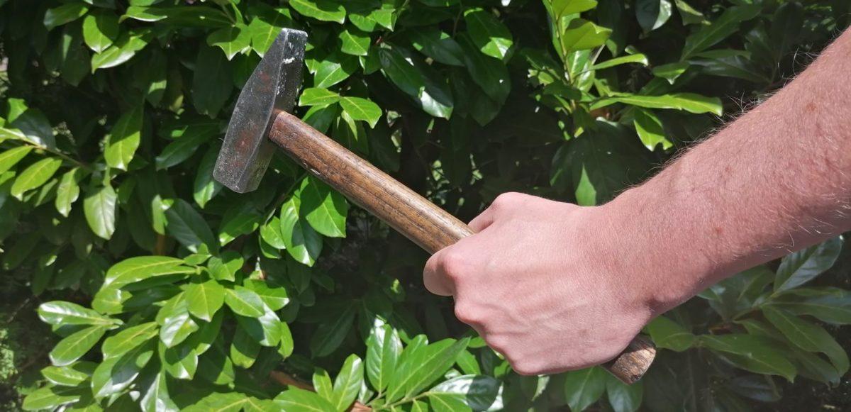 MK-Brutale-Streitkl-rung-mit-Hammer-und-Spr-hdose